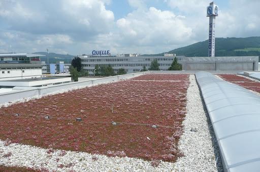 Vegetačná strecha na veľkej ploche obchodnéhodomu v Linzi. Zelené strechy sú častejšie na novostavbách než na rekonštruovaných objektoch.(Foto: Nancy Arazan) zdroj: https://picasaweb.google.com/buildgreeninfrastructure/GreenRoofsInLinzAustria#5355897652924830610