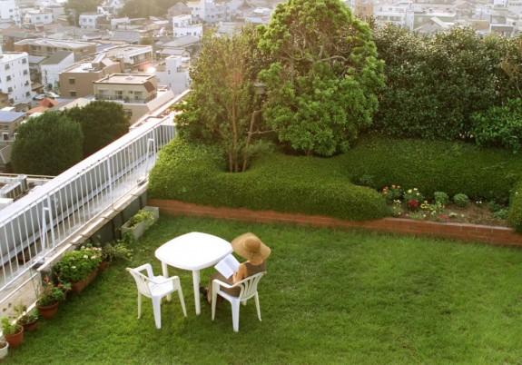 Výhľad zo strešnej záhrady an rezidenčnú štvrť v Tokiu. Tony betónu a asfaltu, tepla a znečistenia z mohutnej dopravy a klimatických jednotiek robia leto v mestách stále teplejšie. Premena holej strechy na strešnú záhradu pomôže regulovať mikroklímu vonku, ale aj vnútri budovy. zdroj: http://img.ibtimes.com/www/data/images/full/2011/12/07/201613-urban-garden-3.jpg