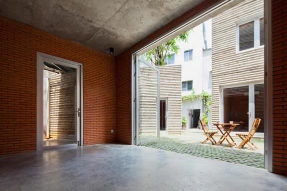 Veľké sklenené dvere v prízemí zabezpečia, že každý byt ponúka dostatok svetla a vetrania. Foto: Hiroyuki Oki