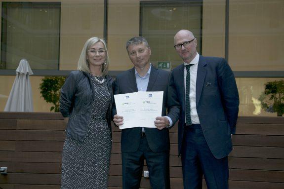 Obr 3: (zľava) I. Blaškovičová, obchodná riaditeľka vydavateľstva EUROSTAV, Karol Jakabovič, riaditzeľ Saint-Gobain Isover aSimon Allford, britský architekt, spíker na konferencii Udržateľnosť varchitektúre avo výstavbe